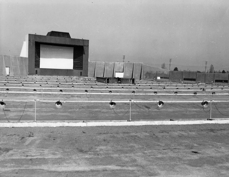 08 1938 Pacific Drive, L.A. (Note the speakers) 01