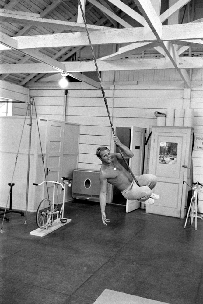 Steve McQueen - John Dominis (1963) working out 02