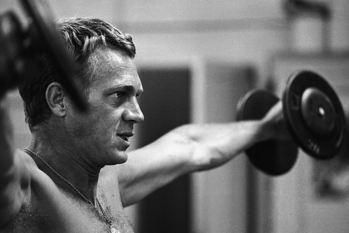 Steve McQueen - John Dominis (1963) working out 05