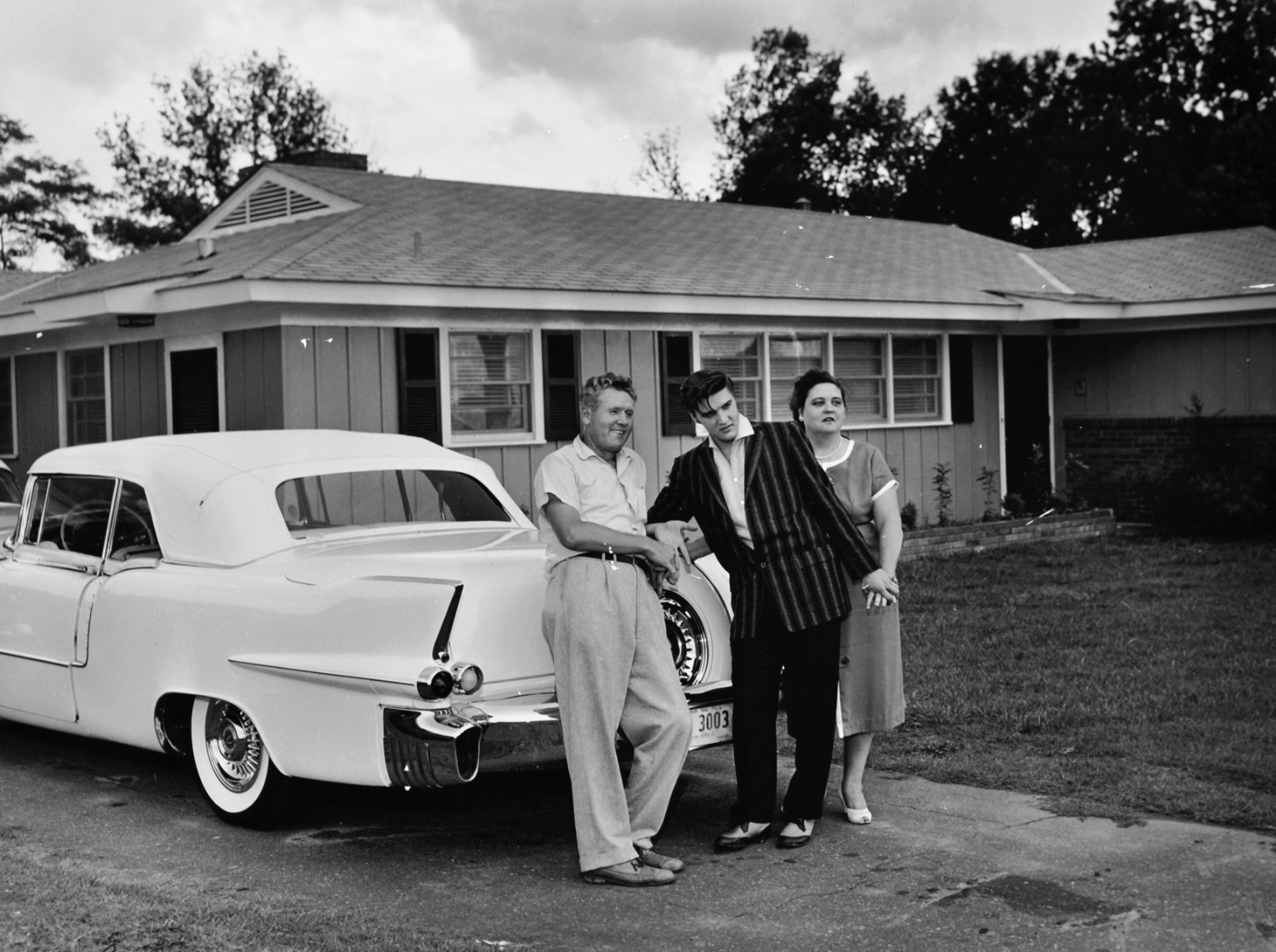 Elvis with his parents on June 1956 at Audubon Drive